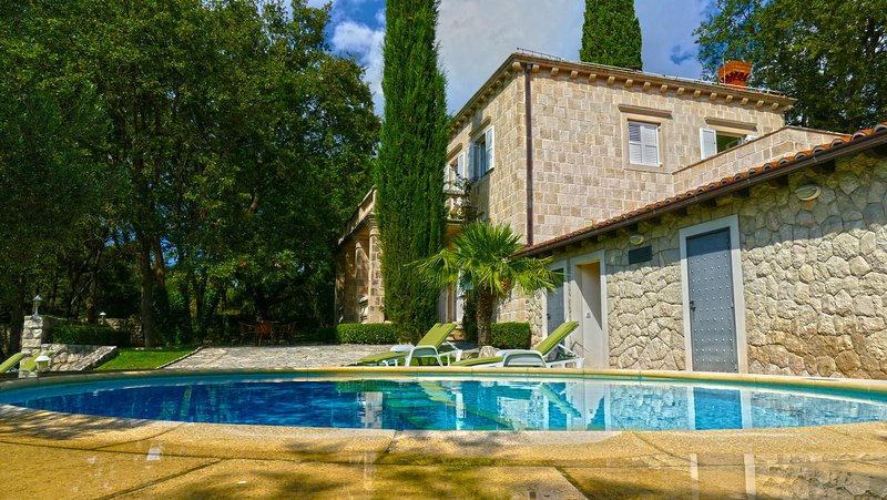 Luxury Villa T&K Heritage with Swimming Pool, holiday rental in Mocici