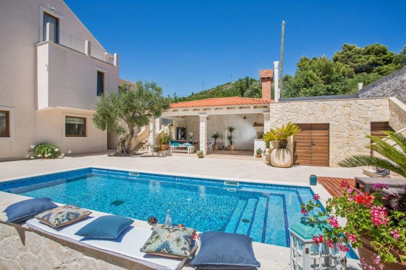 Luxury Villa Dolce Vita with Swimming Pool, holiday rental in Orasac