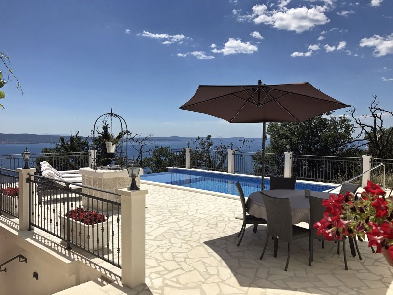 Villa Salut la Mer with Infinity Pool, holiday rental in Dugi Rat