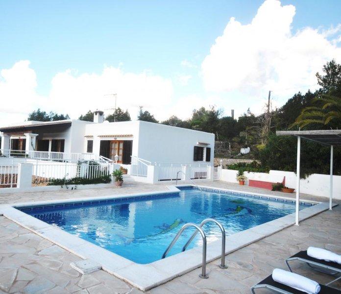 Sant Carles de Peralta Villa Sleeps 6 with Pool Air Con and WiFi - 5002418, casa vacanza a Cala Llenya