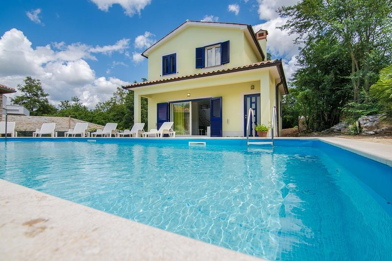 Krsan Holiday Home Sleeps 4 with Pool and Air Con - 5471113, location de vacances à Vozilici