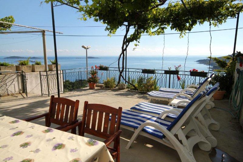 Zavrelje Holiday Home Sleeps 6 with Air Con - 5463310, vacation rental in Mlini