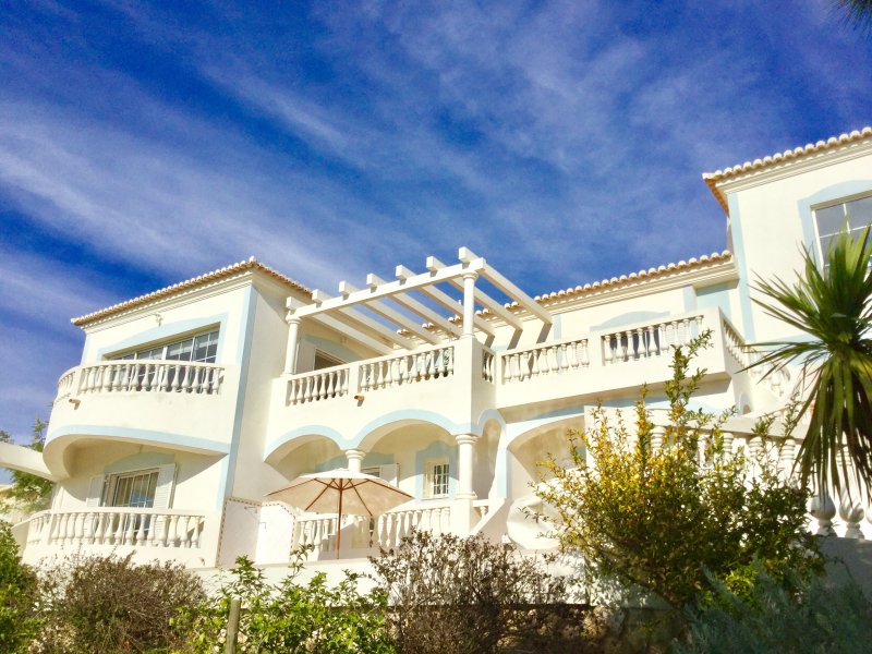 Villa da Vida - Villa at Parque da Floresta Golf Resort with private pool, Ferienwohnung in Carrapateira