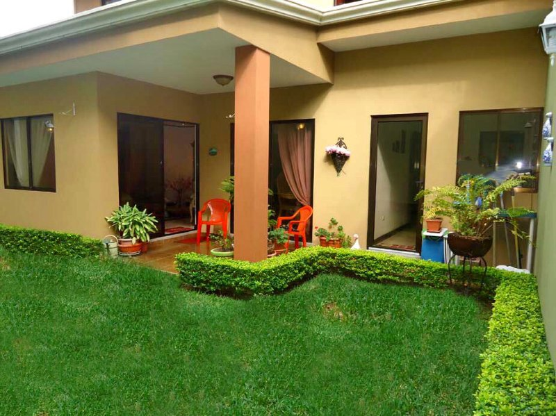La Casa Ceci House w/ Mountain Views & walking distance to el Centro – semesterbostad i Province of Heredia