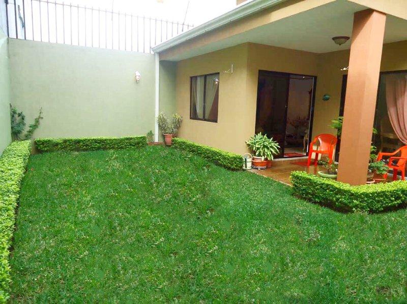 Toegang tot de achtertuin vanuit de woonkamer, eetkamer en wasruimte