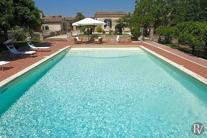 Ragusa Ibla Villa Sleeps 6 with Pool and Air Con - 5433088, location de vacances à Cannizzara