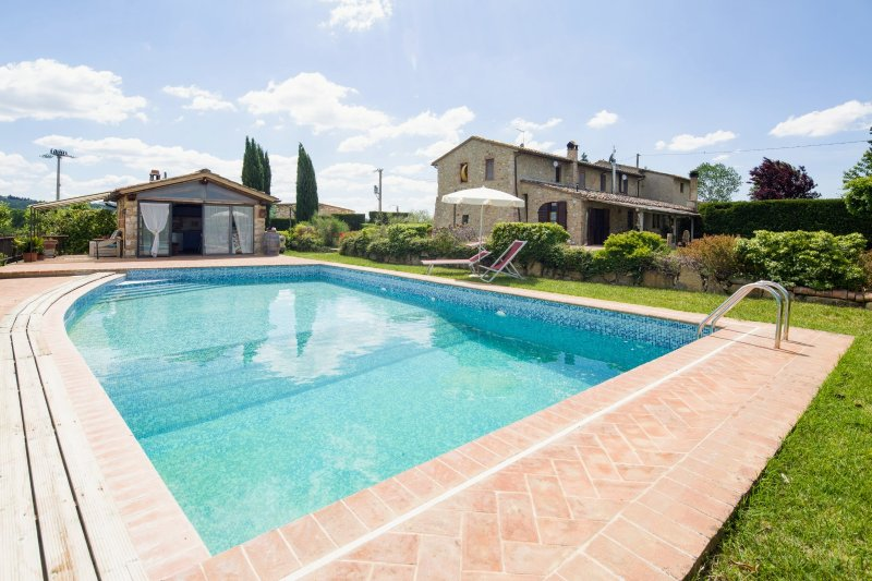 Colle di Val d'Elsa Holiday Home Sleeps 9 with Pool Air Con and WiFi - 5395789, holiday rental in Strove