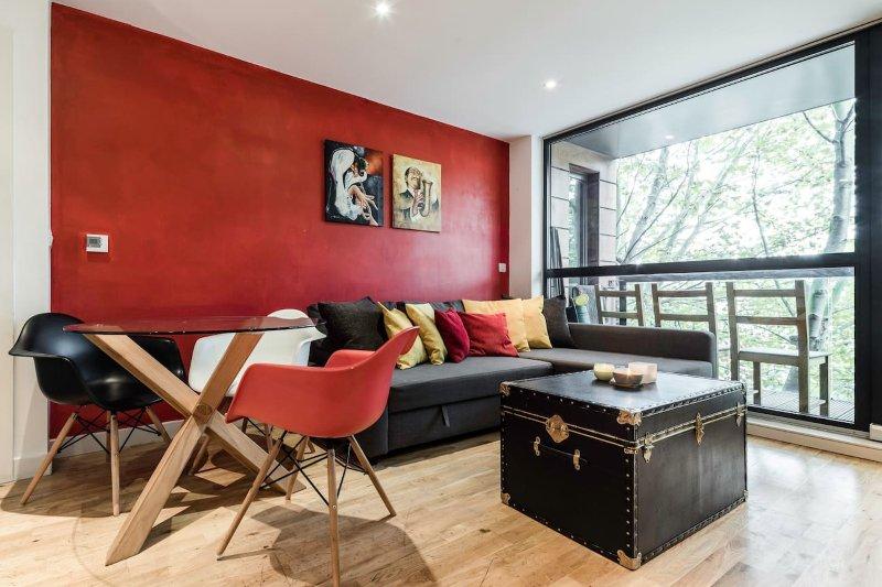 Espaçosa sala de estar com piso de madeira
