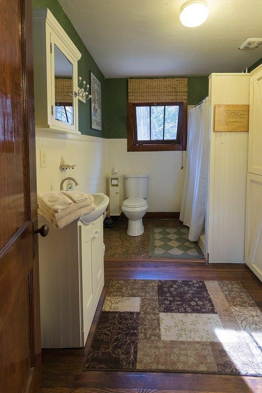 Gran baño con 2 lavabos