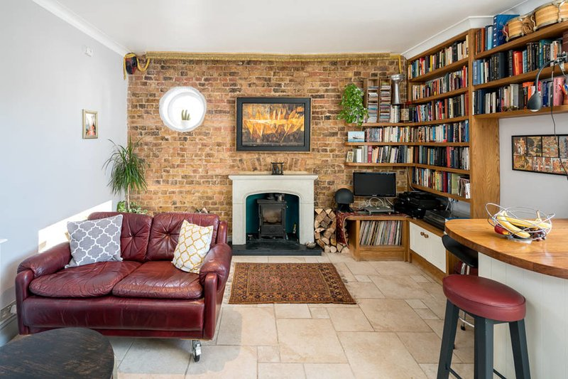 Fireplace, books and vinyles