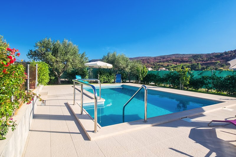 Amazing Pool apartment close to Split, holiday rental in Tugare