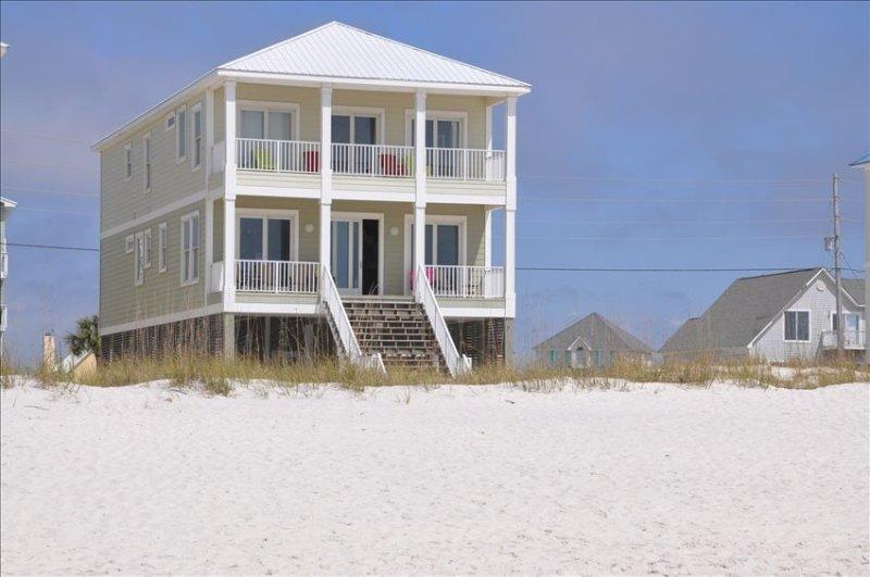 Bella casa con 6 camere da letto direttamente sulla spiaggia. Viste fantastiche di sabbia bianca e costa blu intenso dell'oceano.