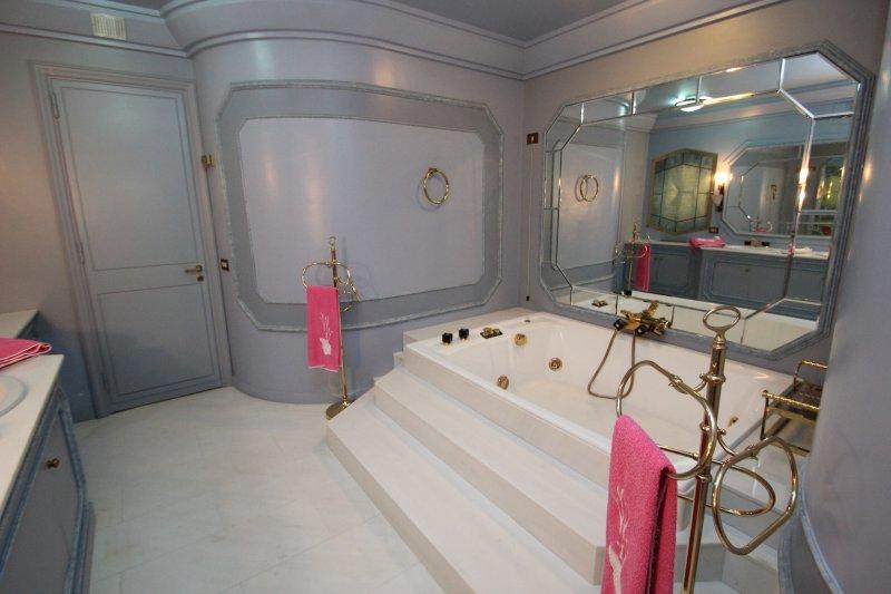 baño jacuzzi entre damascena y almendra dormitorios