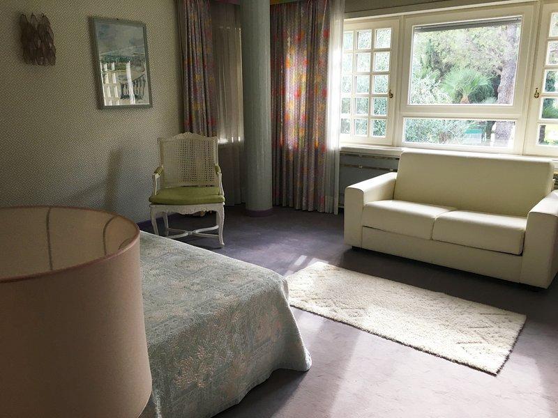 sala de arco iris con sofá-cama