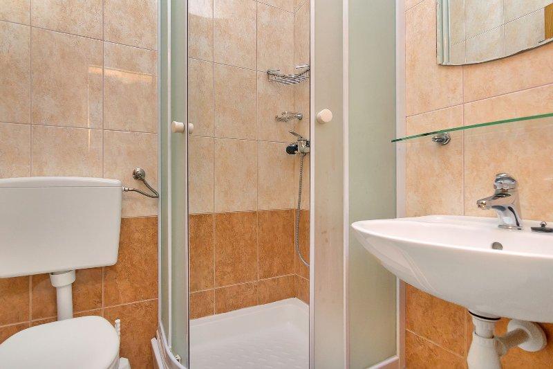 SA (2 + 0) B: baño con inodoro.