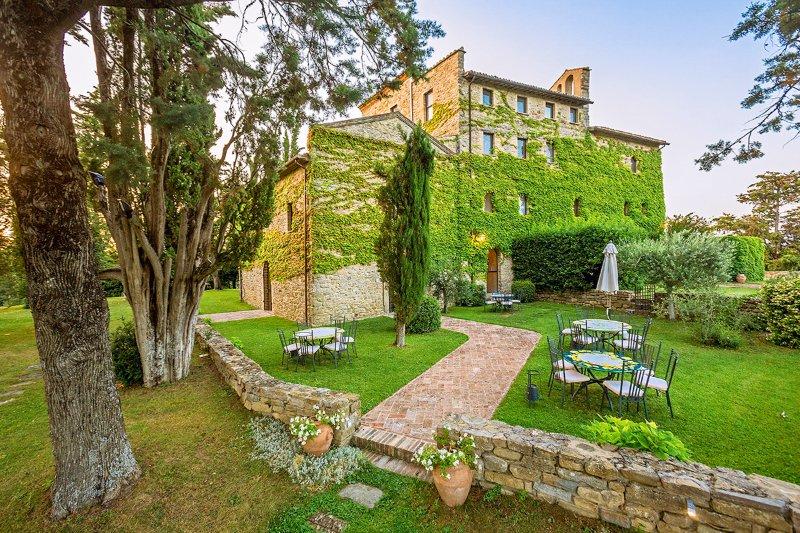 La Mita Villa Sleeps 26 with Pool and Air Con - 5048976, holiday rental in Umbertide