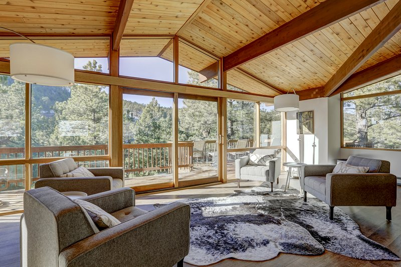 Close to Town! HUGE 5 Bedroom Private Mountain Getaway with HOT TUB and WiFi, holiday rental in Hygiene