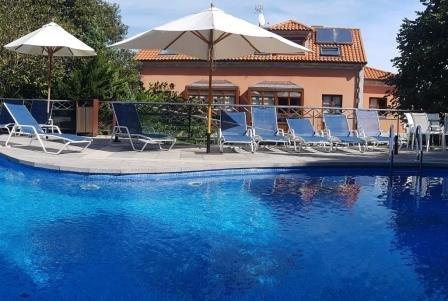 Apartamento con terraza y piscina para 4 personas a 150 mts de la playa, holiday rental in Llanes