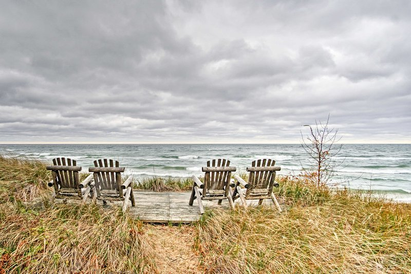 La propiedad se basa en 140 pies de hermosas dunas del lago Michigan.