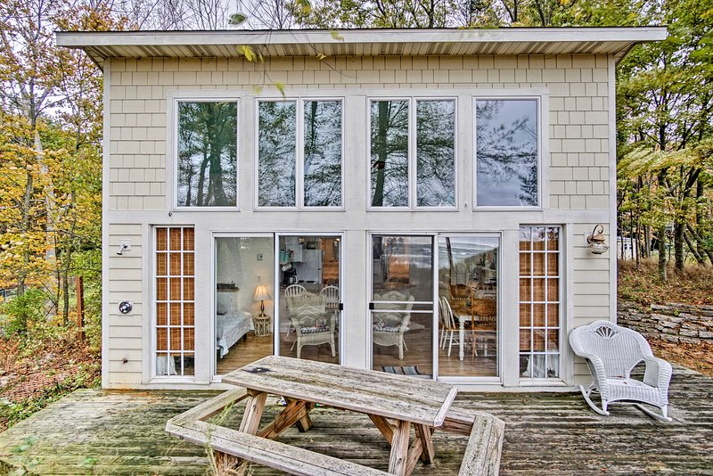 Beachfront Lake Michigan Cottage w/Fire Pit & Deck, holiday rental in Twin Lake