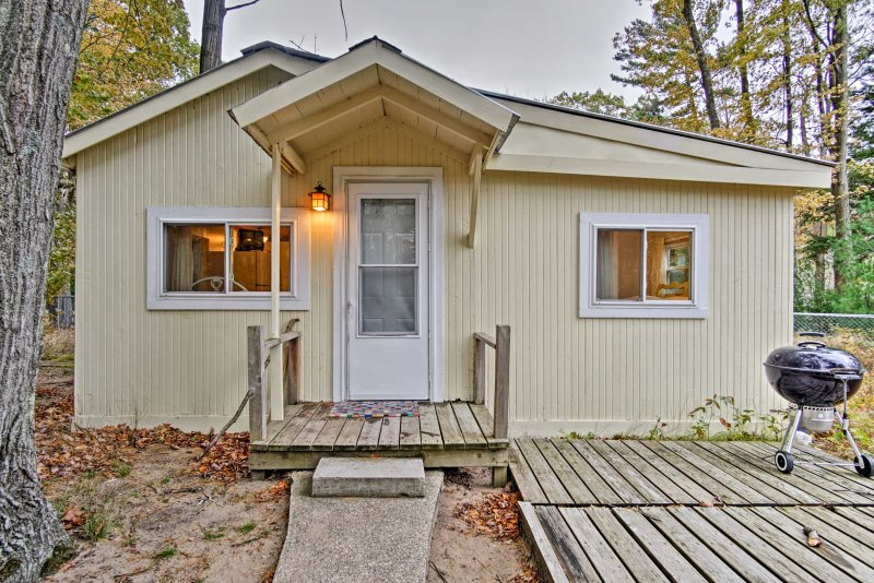 Create memories at 'Evergreen,' a 2-bed, 1-bath N. Muskegon vacation rental!