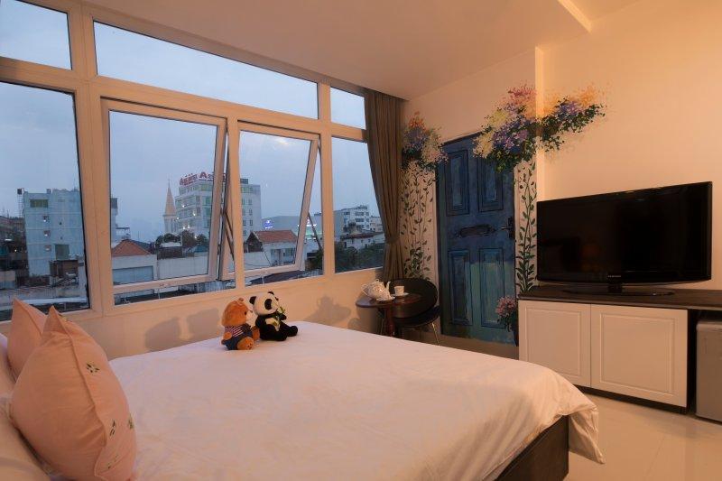 28 vierkante, uitzicht op de stad, Deze tweepersoonskamer is voorzien van een minibar, airconditioning en een badjas.