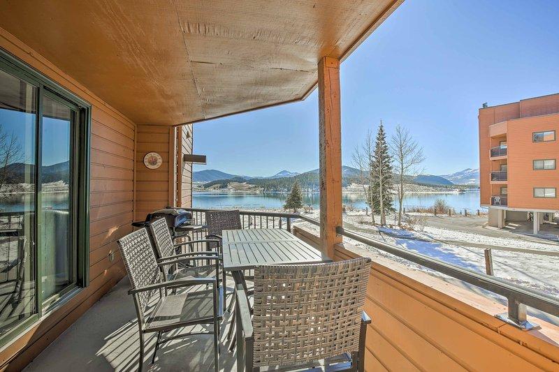 Situado ao lado do Lago Dillon, esta casa promete um retiro rejuvenescedor!