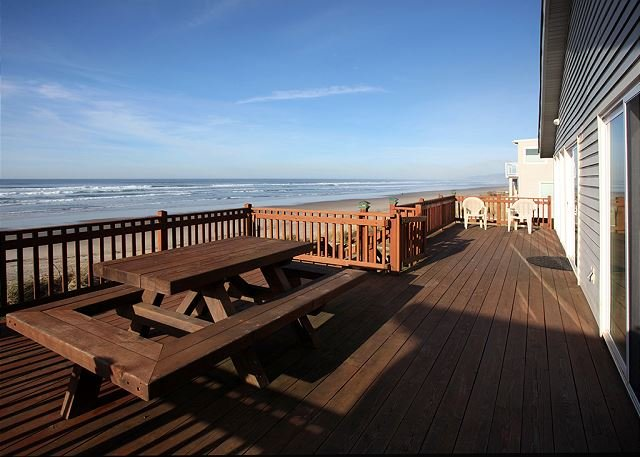 Discover the 'Twin Coho' with Oceanfront views in Rockaway Beach!, location de vacances à Rockaway Beach