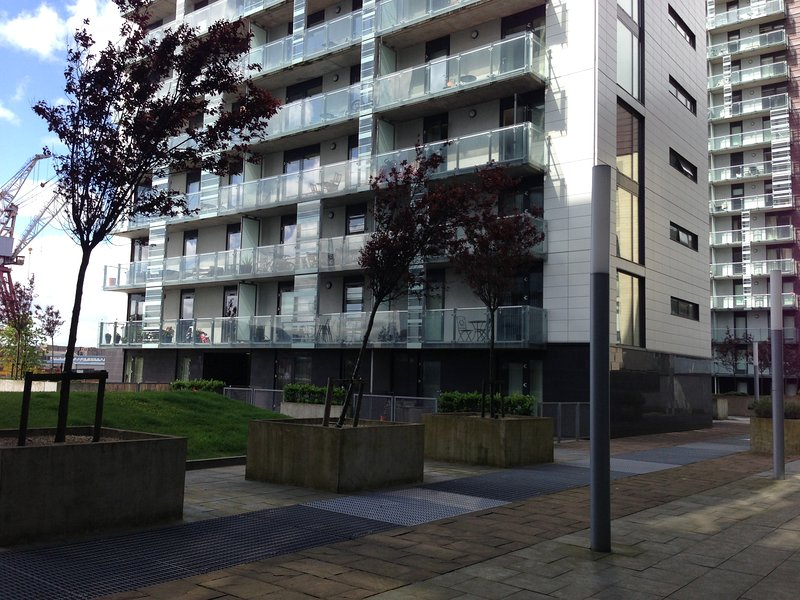 Meadowside Quay 2 Bedroom Apartment - Glasgow Harbour (Balcony and Parking), location de vacances à Glasgow