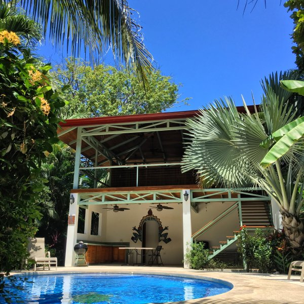 Suite del Sol in Villa Tortuga: Quaint Gardens and Pool on 1st St from the Beach, alquiler de vacaciones en Ostional