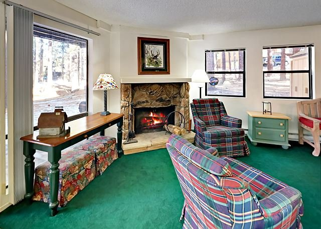 Midtown Condo with Deck & Clubhouse with Pool | 2-Minute Drive to Skiing, alquiler de vacaciones en South Lake Tahoe
