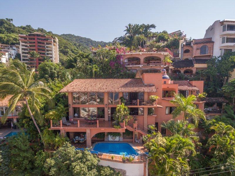 ROMANTIC LUXURY VILLA, SPECTACULAR OCEAN VIEWS, POOL, FULLY STAFFED, NEAR BEACH, vacation rental in Puerto Vallarta