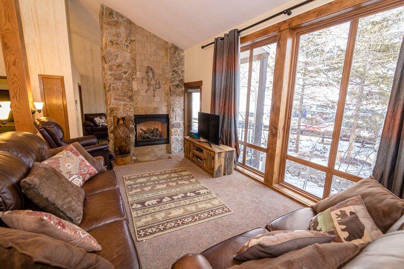 Warme Wohnzimmer mit Kabel-TV, WLAN und einem gemütlichen Kamin, so dass Sie und Ihre Familie entspannen können.