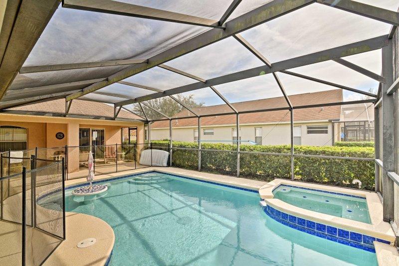 Ga voor een duik in het zwembad tijdens uw verblijf in dit 5 slaapkamers, 4 badkamers vakantievilla in Clermont!