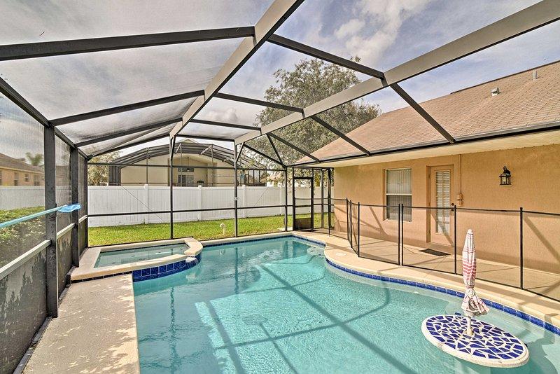 Het zwembad heeft een ingebouwde tabel om je drankjes te houden!