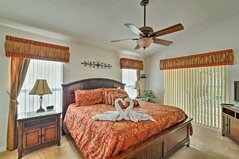 Deze prachtige slaapkamer heeft een kingsize bed.