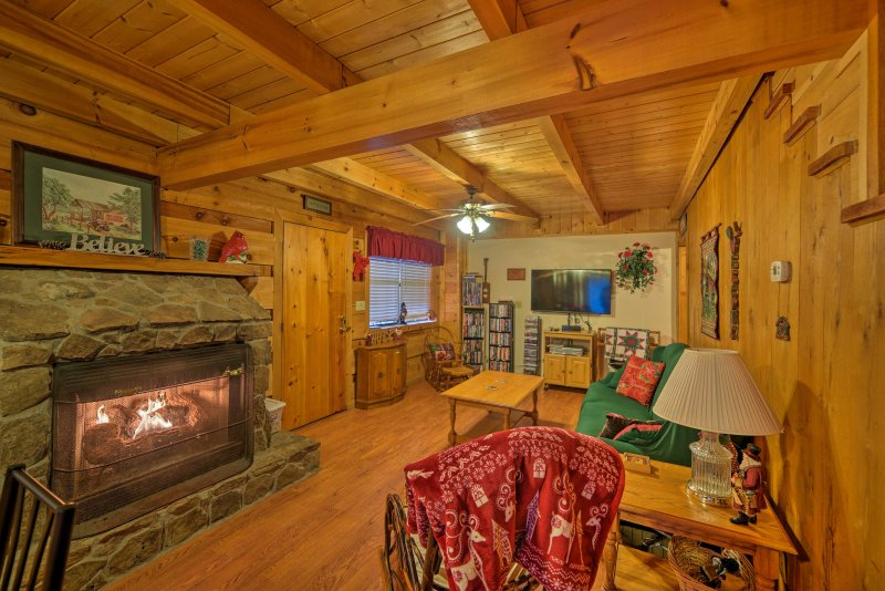 Park Setting at Tellico Plains Cabin on 25 Acres!, casa vacanza a Englewood