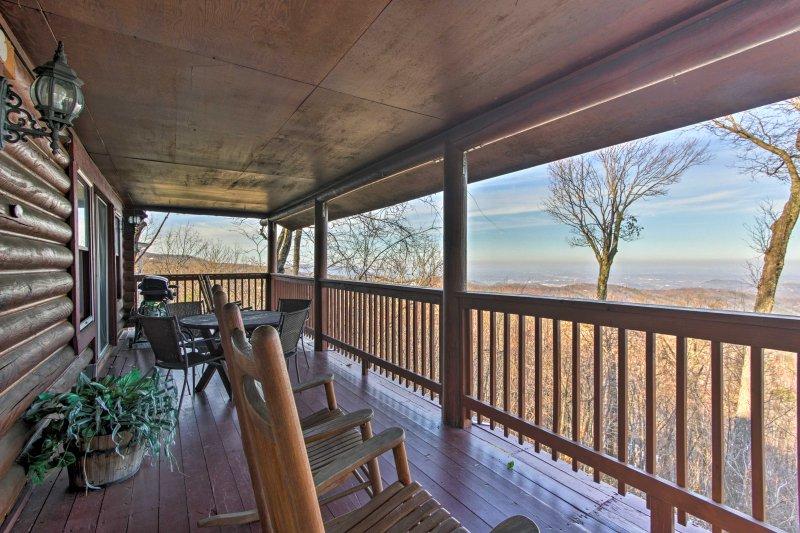 Cabin w/Deck, Hot Tub + Incredible Smoky Mtn Views – semesterbostad i Gatlinburg