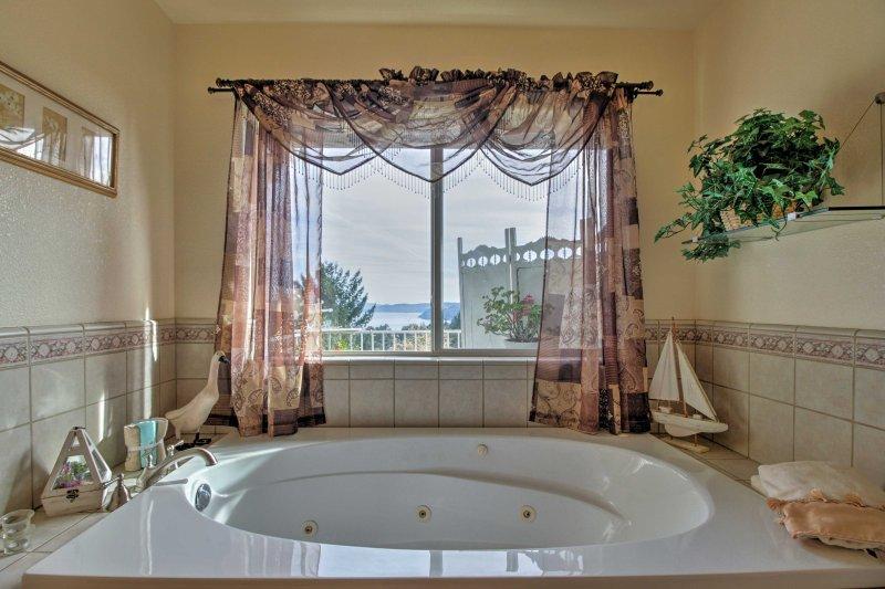 Sumergirse en la bañera, que tiene una gran vista del lago.