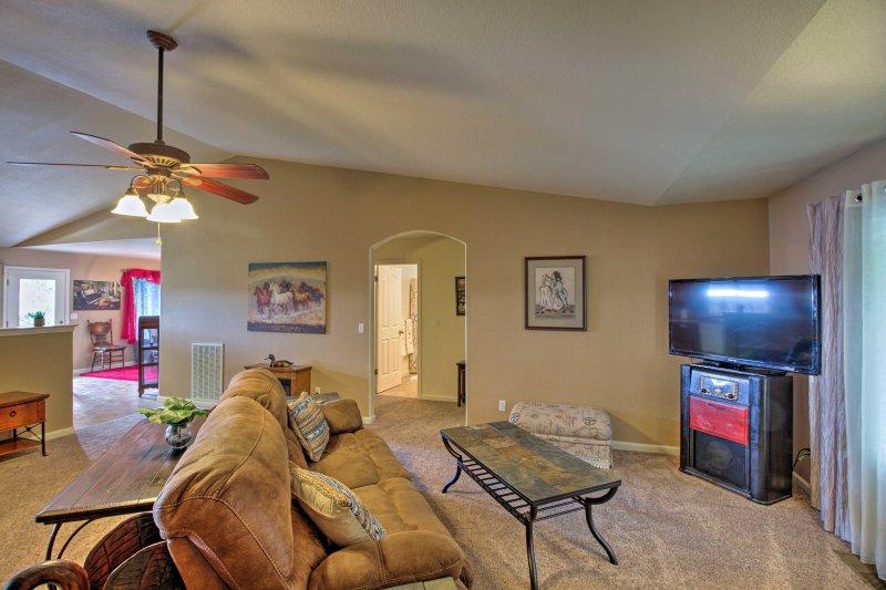 Se echó hacia atrás y ver la TV en el salón.