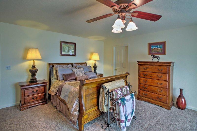 La suite principal cuenta con una cama trineo tamaño queen.