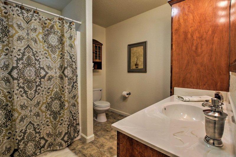 El segundo baño tiene una bañera / ducha combinada.