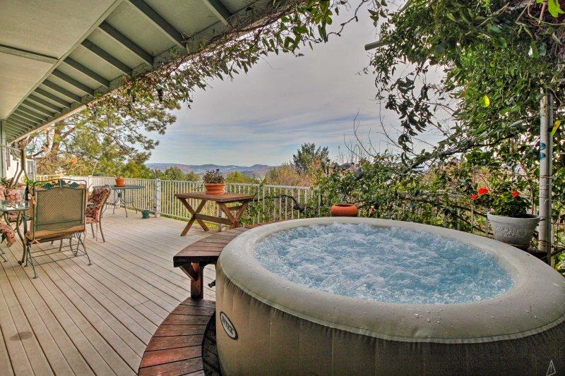 Disfrutar de fantásticas vistas desde la bañera de hidromasaje en este alquiler Kelseyville.
