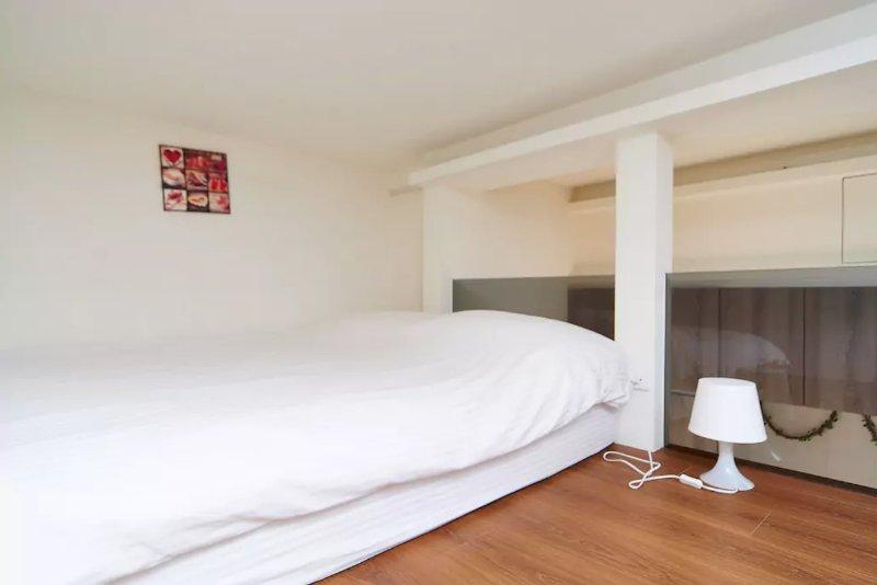 cama doble en el nivel de loft