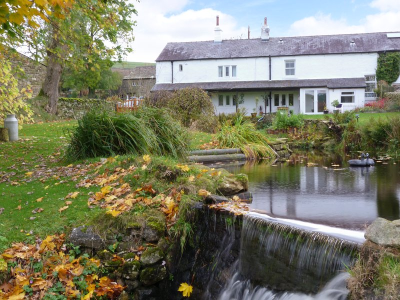 SAETR COTTAGE, pet-friendly, cosy country retreat, in Harrop Fold near, holiday rental in Bolton by Bowland
