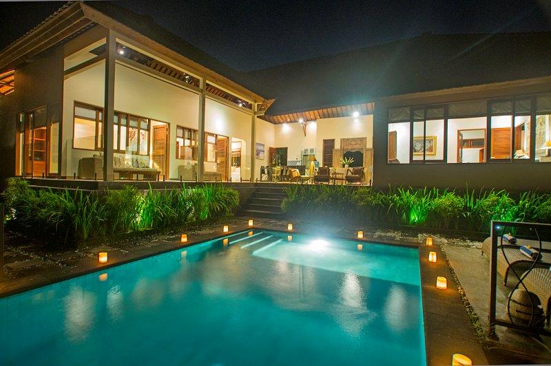 4BR Villa Umah Wake - near Nyanyi Beach, casa vacanza a Buwit
