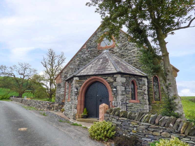 THE OLD CHAPEL, sleeps eight, chapel, king size, en-suite, dog friendly, Spark, holiday rental in Kirkby in Furness