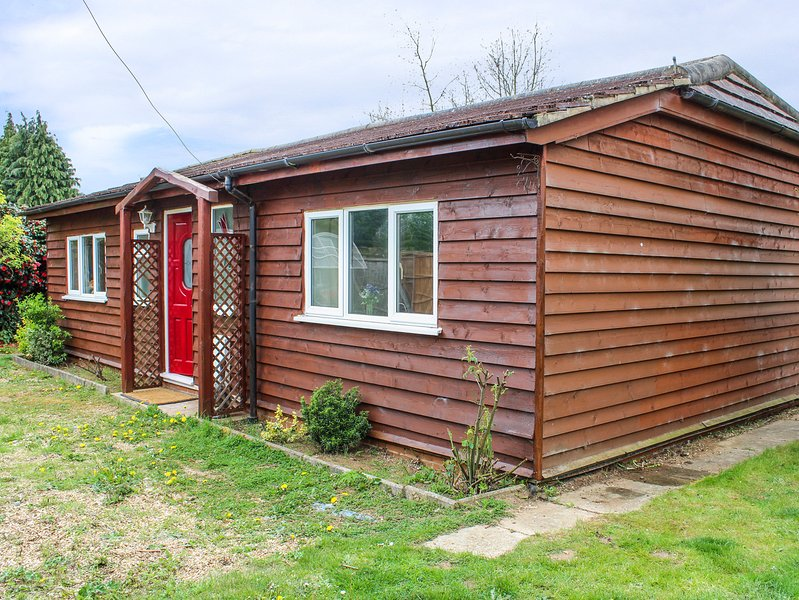 THE CHALET, sleeps four, pets welcome, garden and patio, Biggleswade, Ref 956980, holiday rental in Renhold