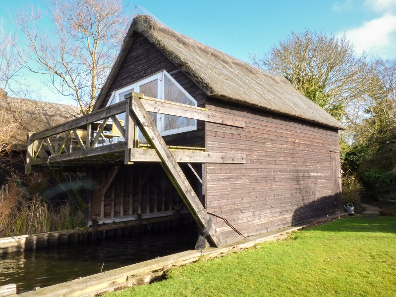 CYGNUS BOATHOUSE, river, balcony, open plan, in South Walsham, Ref 942219, holiday rental in Ludham