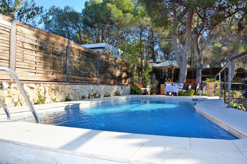 Villa Verde Sitges con piscina, chill-out, cocina exterior a 2 minutos de Sitges, alquiler vacacional en Sant Pere de Ribes